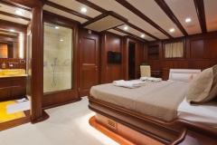 sailing-yacht-regina-master2-with-bathroom