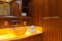sailing-yacht-regina-twin-bathroom