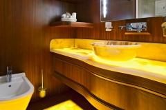 sailng-yacht-regina-queen-cabin-bathroom